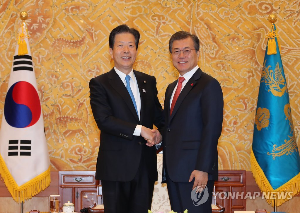 Moon Meets Japanese Party Chief, Stresses Personnel Exchange