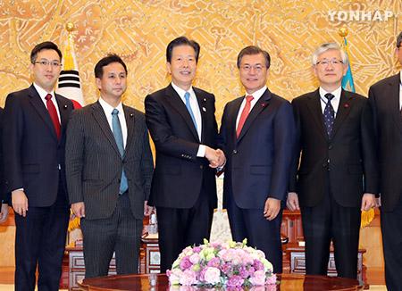 Премьер-министр Японии пригласил президента РК в Токио