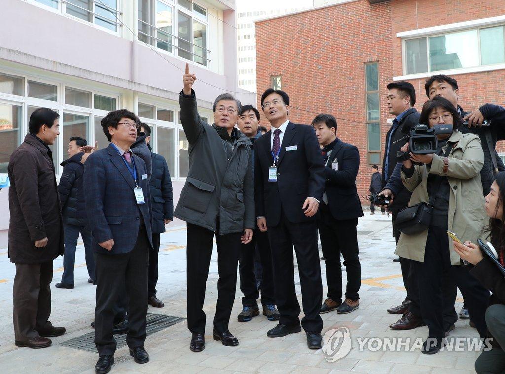 President Moon Visits Quake-devastated Pohang