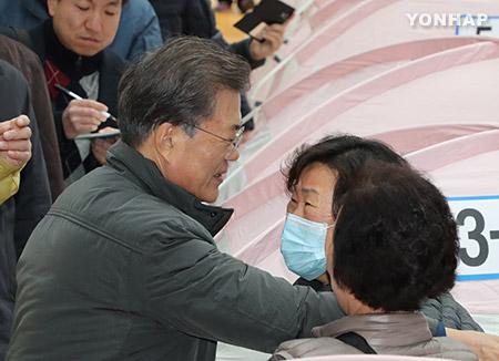Präsident Moon besucht Erdbebengebiet