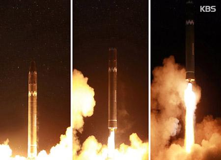 北韓 「火星15」発射の写真を公開