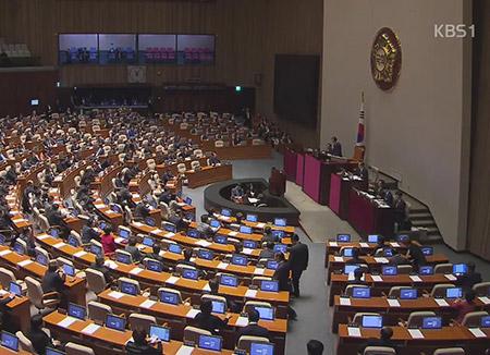 내년도 예산안 국회 통과…민주·국민 '이면 합의' 논란