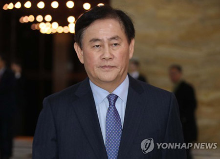 최경환, 세번 불응 끝 검찰 출석…국정원 1억 뇌물의혹 조사