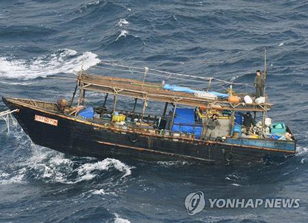 북한 인민군 소속 어선, 일본 홋카이도 표류 확인…부대명 표시 '선명'