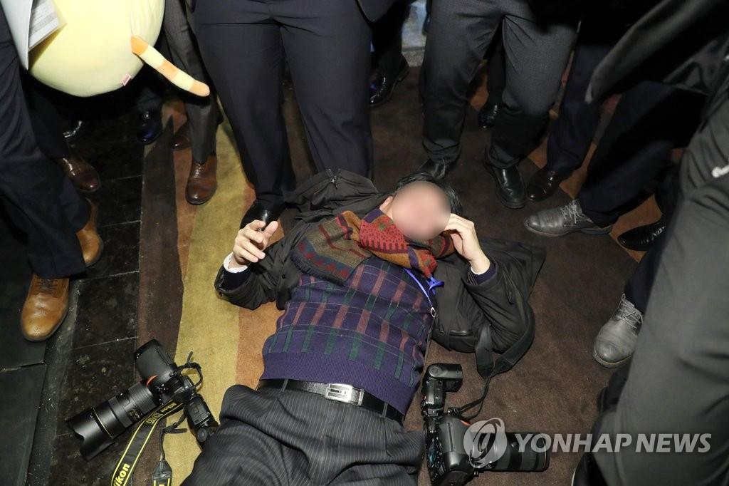 중국 경호원, 취재진 집단 폭행 '파문'…멱살 잡고 발길질