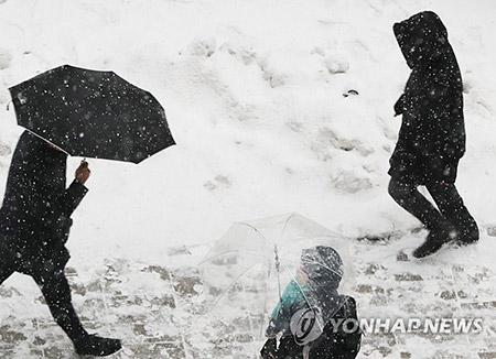 Salju yang Turun Sejak Senin Subuh Mengakibatkan Kemacetan Lalu Lintas