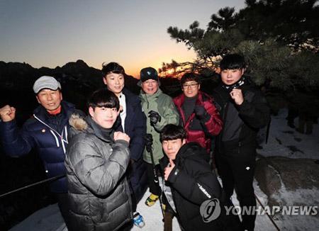 Präsident Moon beginnt neues Jahr mit Bergwanderung