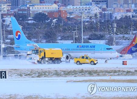 済州国際空港 除雪のため滑走路を一時閉鎖