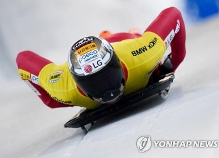 韩国健将尹成彬在世界杯俯式冰橇项目比赛上荣获冠军