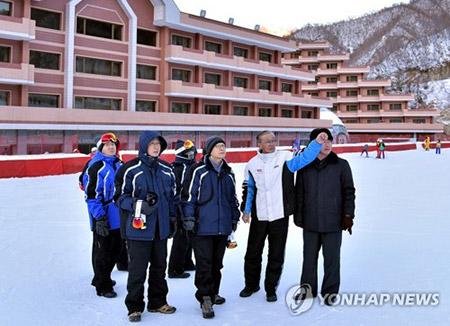 韓国代表団 北韓の馬息嶺スキー場に向けて出発