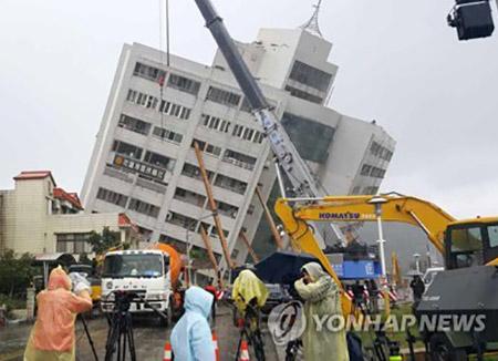 台湾でM6.4の地震 韓国人14人救助