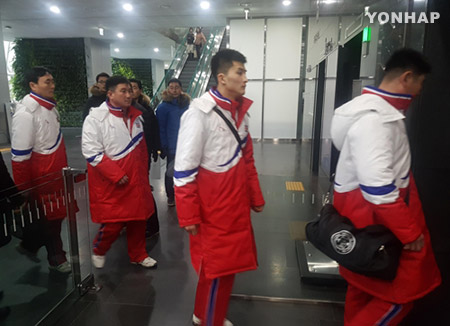 서울시청 찾은 북한 태권도시범단…소감 묻자 미소만