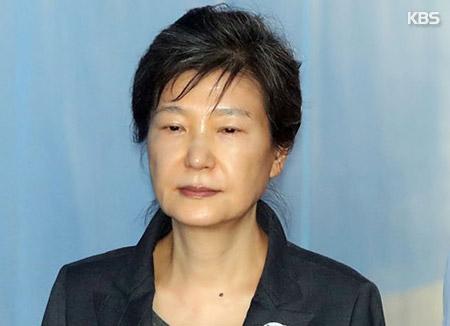 '국정원 특활비 수수' 박근혜 전 대통령, 첫 재판 불출석