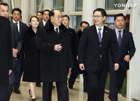 문 대통령, 북한 대표단과 예술단 공연 관람…북한 대표단 귀환
