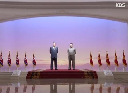Kim Jong Un homenajea a su difunto padre en Kumsusan