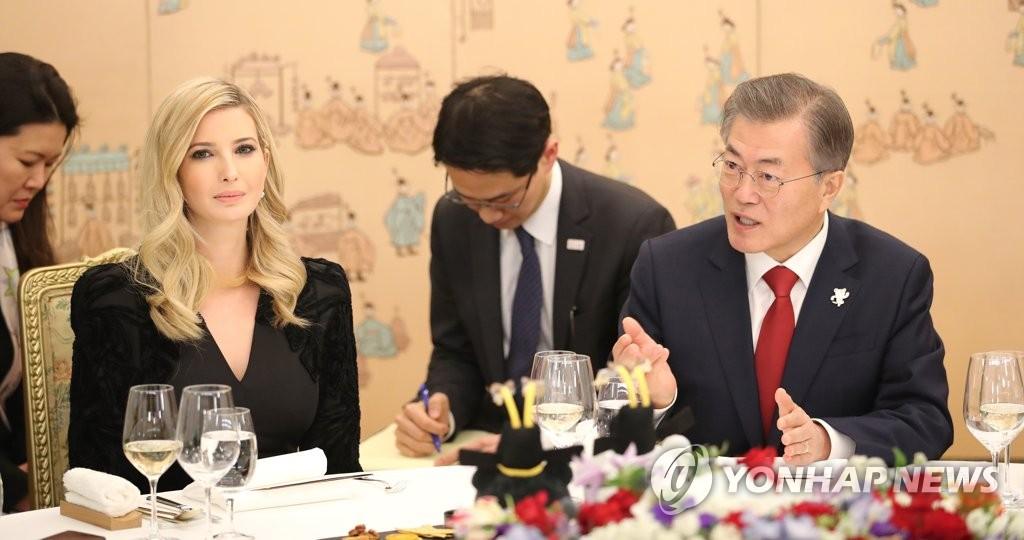 Moon enfatiza el diálogo frente a Ivanka Trump quien a su vez aboga por las sanciones
