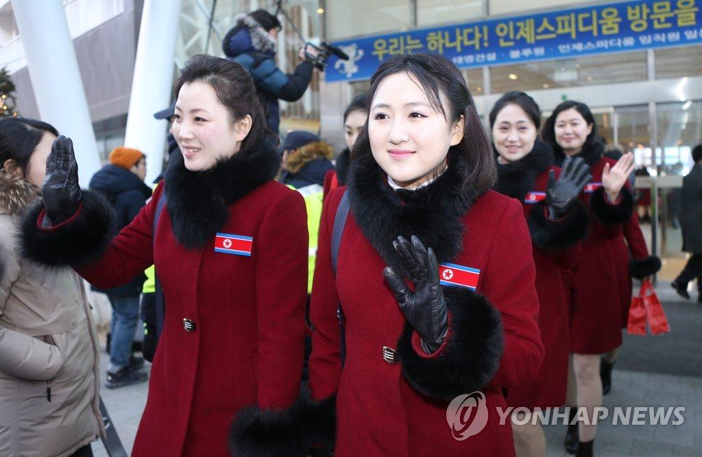 Nordkoreas Athleten und Anfeuerungstruppe kehren zurück