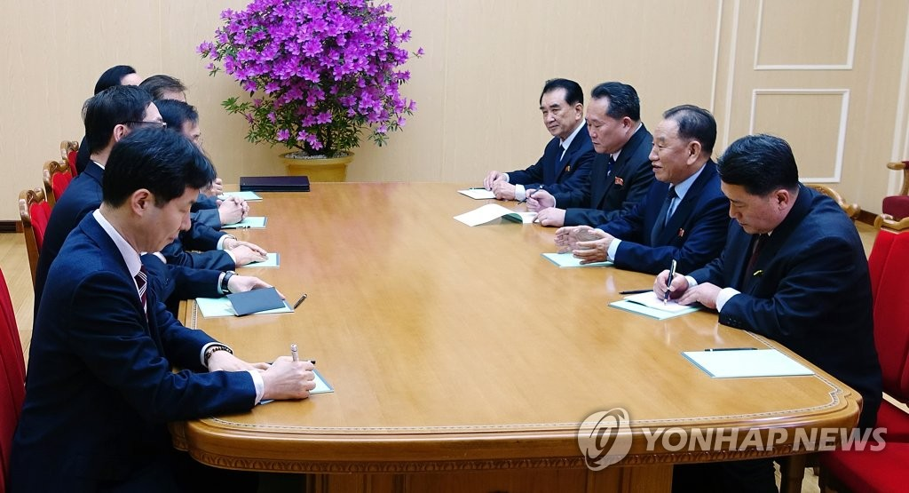 S. Korean Envoys Meet N. Korean Leader, Attend Dinner