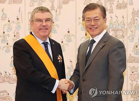 文大統領 IOC会長にスポーツ勲章を授与