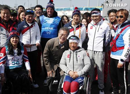 문재인 대통령 패럴림픽 참가 북한 선수단 만나 격려