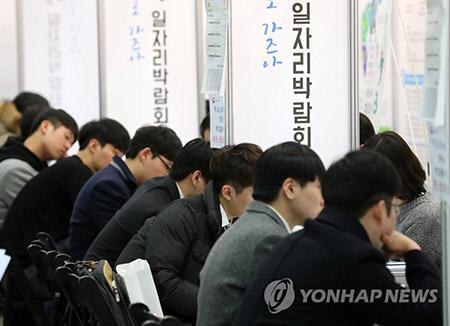 '일자리쇼크' 취업자 증가 10만명 턱걸이…실업자 126만명