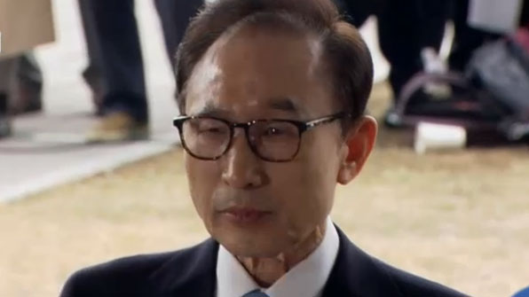 Früherer Präsident Lee erscheint zu Befragung durch Staatsanwälte