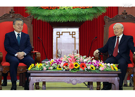 Moon Meets with Vietnamese Communist Party Leader