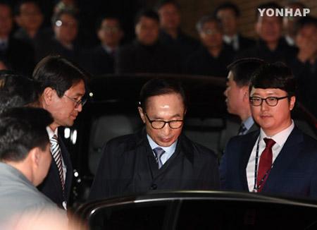 前总统李明博结束收监程序 被关入单人牢房