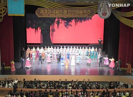 방북 중국 예술단 이틀째 평양공연…김영남·박광호 등 관람
