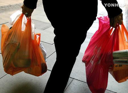 大型店でのビニール袋提供禁止へ 政府がプラ廃棄物削減方針