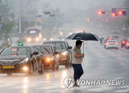 폭우에 시야 가려 교통사고...급류에 휩쓸려 사망 잇따라