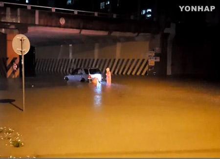 중부 한 시간에 63mm 폭우…3명 사망·1명 실종, 도로·주택 침수 피해