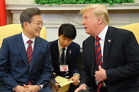 Moon y Trump se esforzarán para el éxito de la cumbre Corea del Norte-EEUU