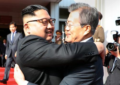 남북정상, 회담 마치고 포옹…남측 서훈·북측 김영철 배석