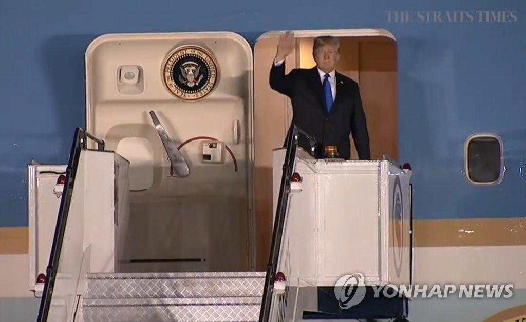 트럼프 대통령, 정상회담 일정 마치고 싱가포르 출발