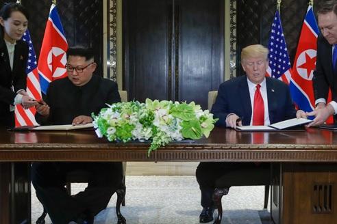 米朝首脳 合意文書に署名