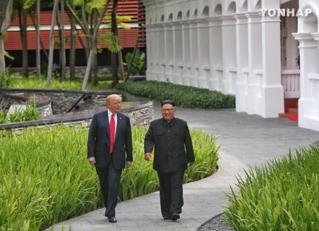 짧지만 강렬한 김정은·트럼프의 '카펠라 산책'