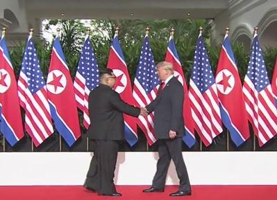 米朝首脳の握手に市民は歓呼