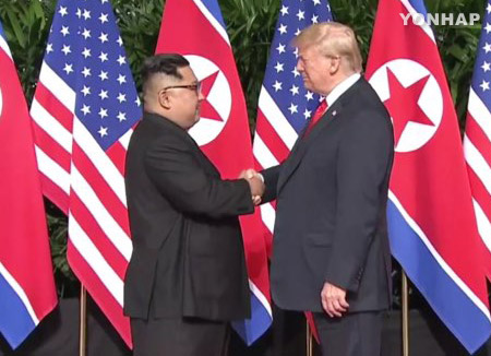 بدء القمة التاريخية بين ترامب وكيم جونغ أون