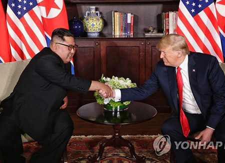Début du sommet Donald Trump et Kim Jong-un à Singapour