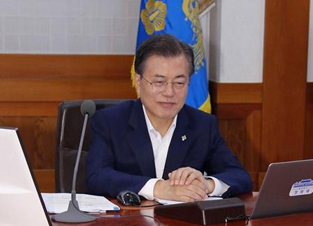 Präsident Moon verfolgt Treffen zwischen Trump und Kim am Fernseher