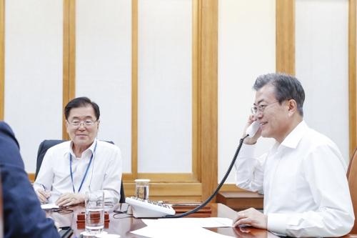 Moon Jae-in et Donald Trump se parlent au téléphone après le sommet de Singapour