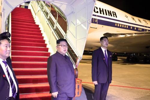 طائرة نقل الوفد الشمالي تصل إلى بكين قادمة من سنغافوره بعد القمة