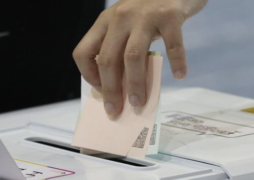 К 12 часам в местных и дополнительных парламентских выборах приняли участие 15,7% избирателей