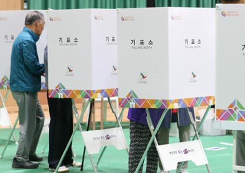 К 15 часам в местных и дополнительных парламентских выборах приняли участие более половины избирателей