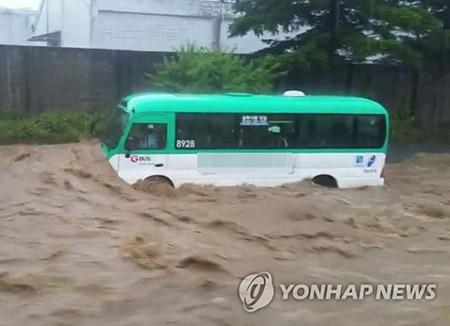 豪雨で3人死亡、1人行方不明 被害拡大
