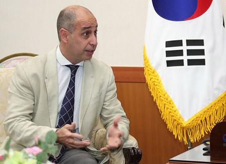 UN-Berichterstatter betrachtet geflüchtete nordkoreanische Kellnerinnen als Opfer