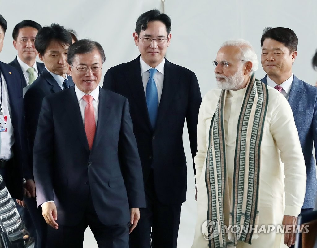 Moon Meets Samsung Electronics Vice Chief Lee in India