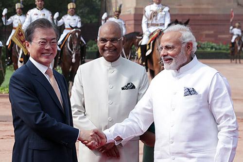 Moon Jae-in s'envole pour Singapour après une visite d'Etat en Inde