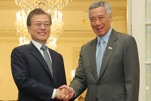 文大統領 シンガポール首相と首脳会談